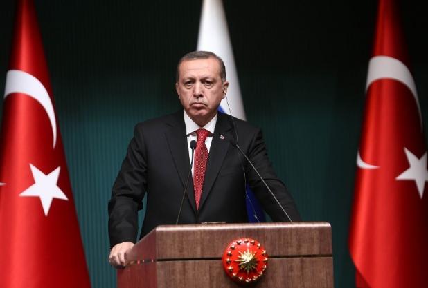 Erdogan-behindpodium